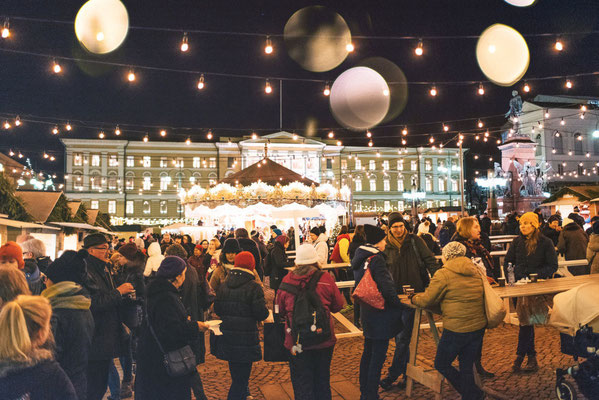 Christmas market in Helsinki with lots of people