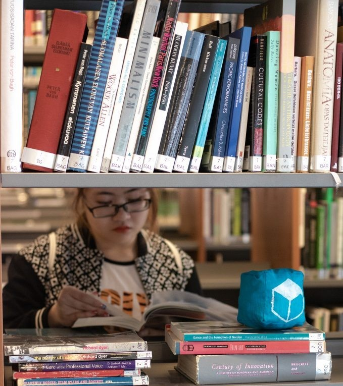 vietnamese students reading book in a library in Finland