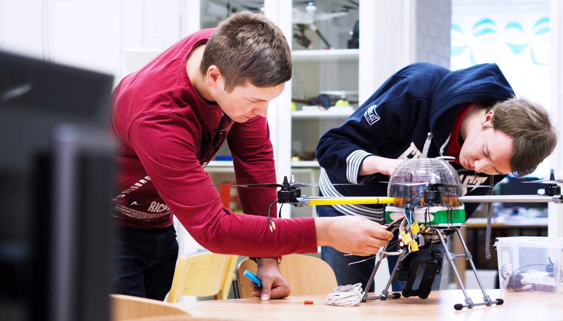 students working at SAMK