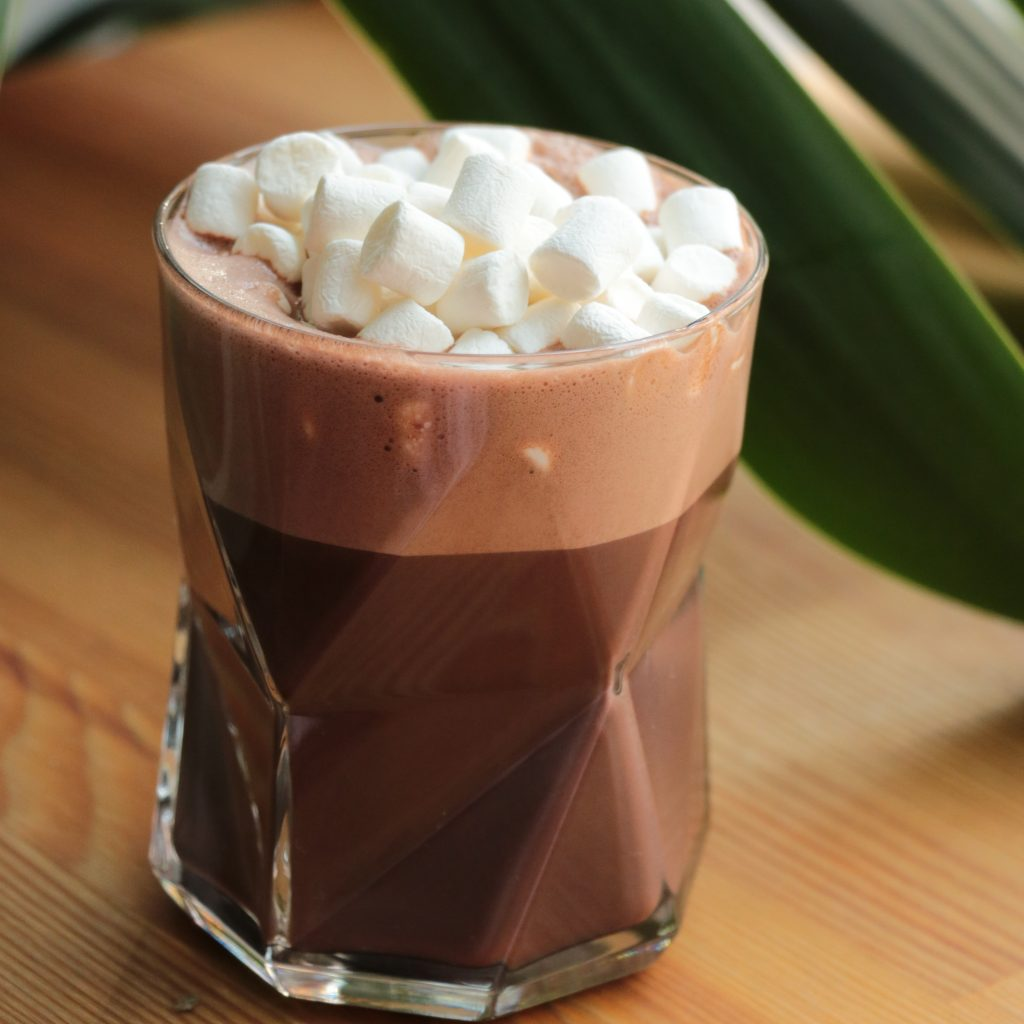 a hot cocoa chocolate with topping mashmallows